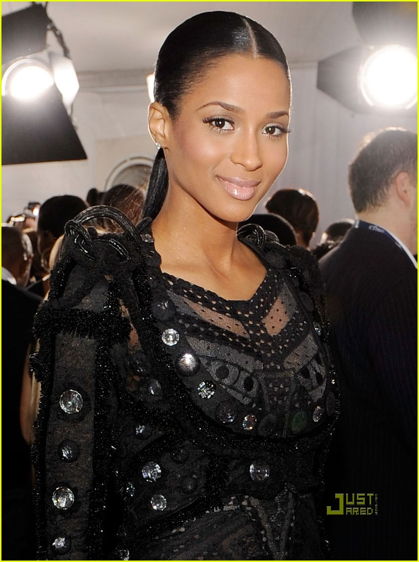 ciara 2010 grammy awards red carpet 01
