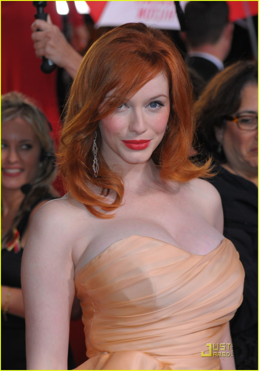 christina hendricks 2010 golden globe awards red carpet 03