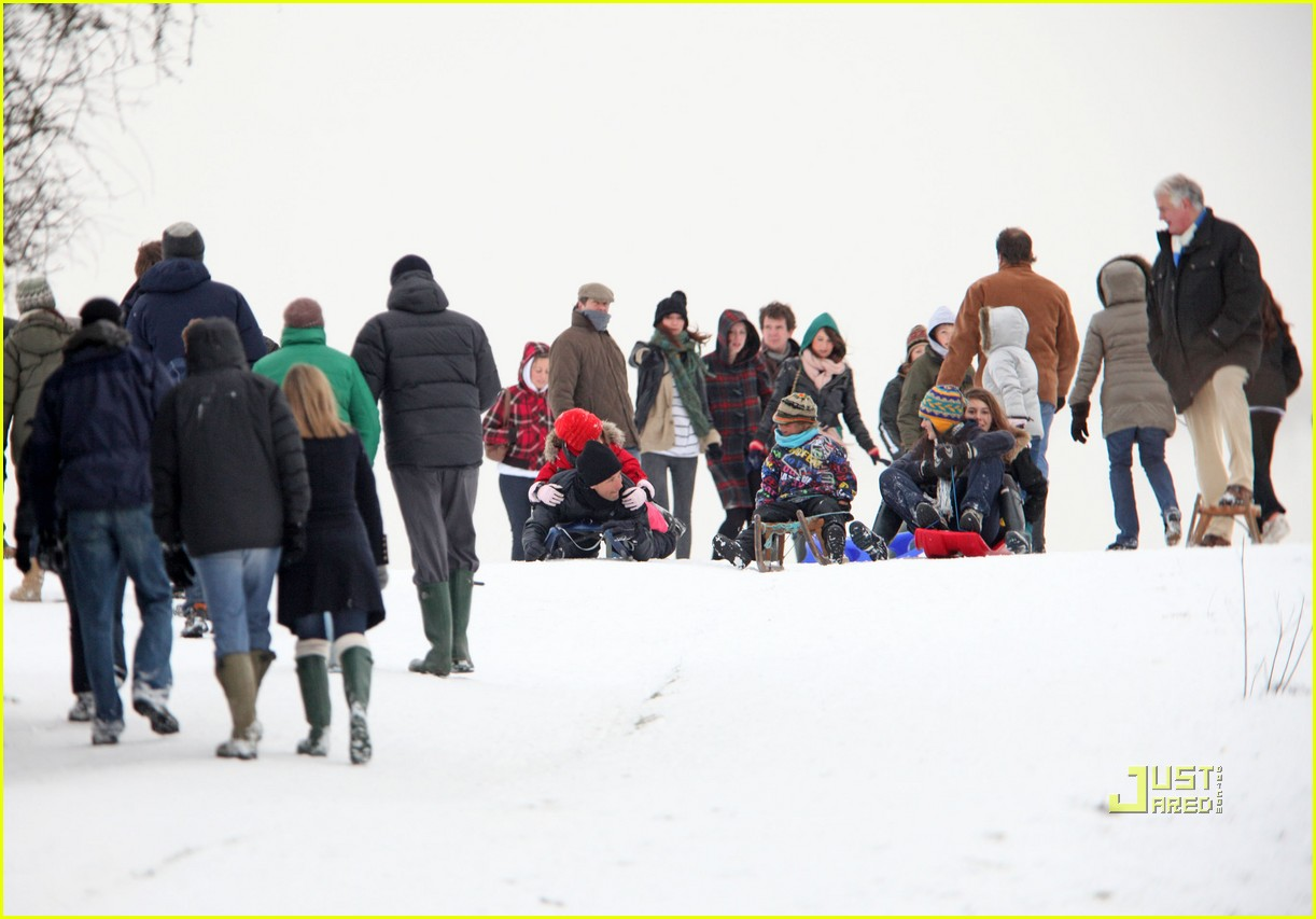 jude law sledding kids 03