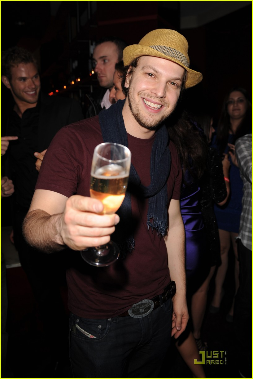 kellan lutz just jared new years party 04