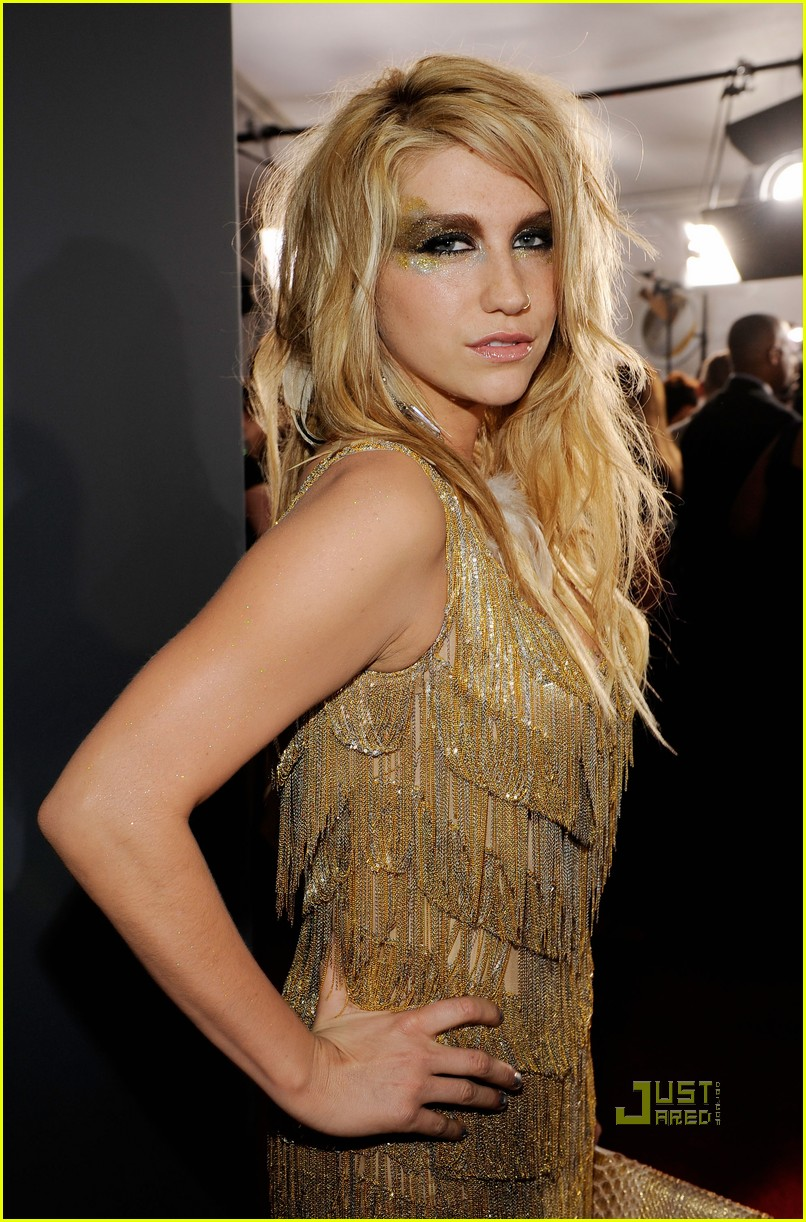 kesha grammys red carpet 2010 03