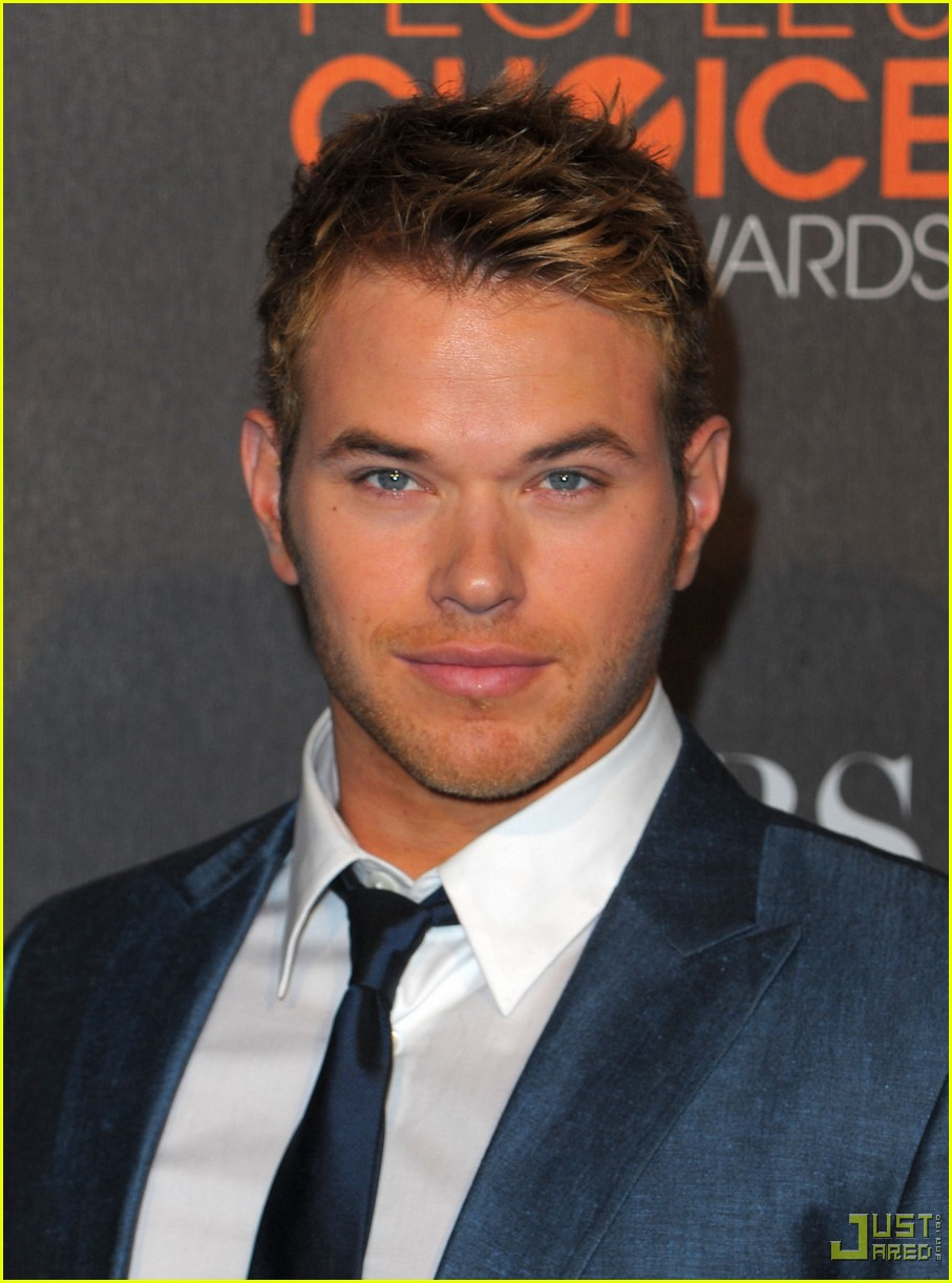 kellan lutz 2010 peoples choice awards red carpet 02