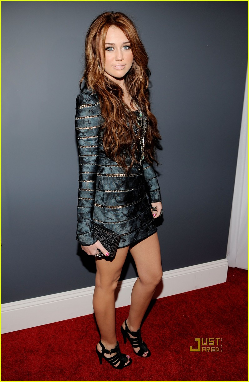 miley cyrus 2010 grammy awards red carpet 02