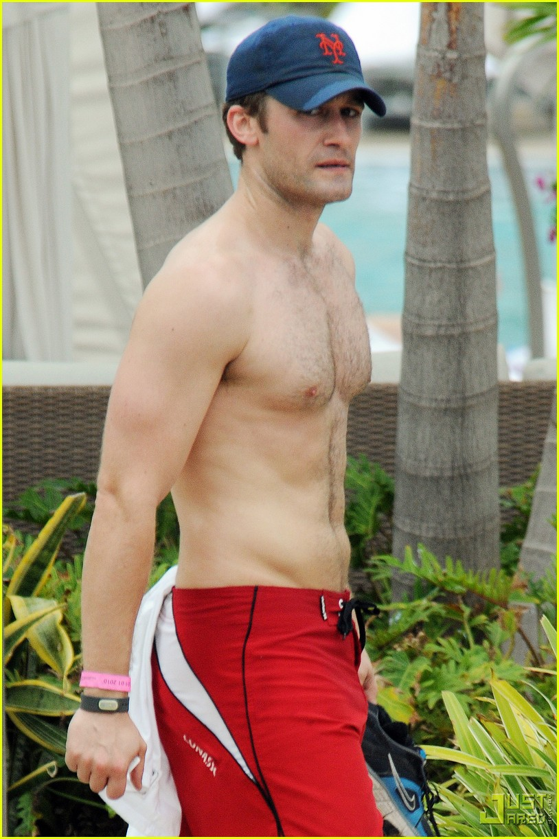 matthew morrison shirtless miami beach 01