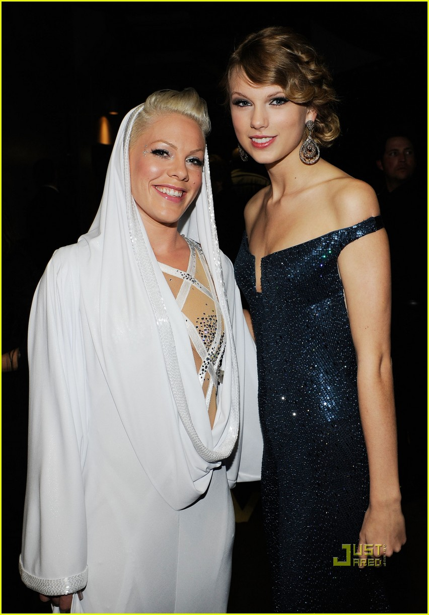 pink naked grammys performance 09