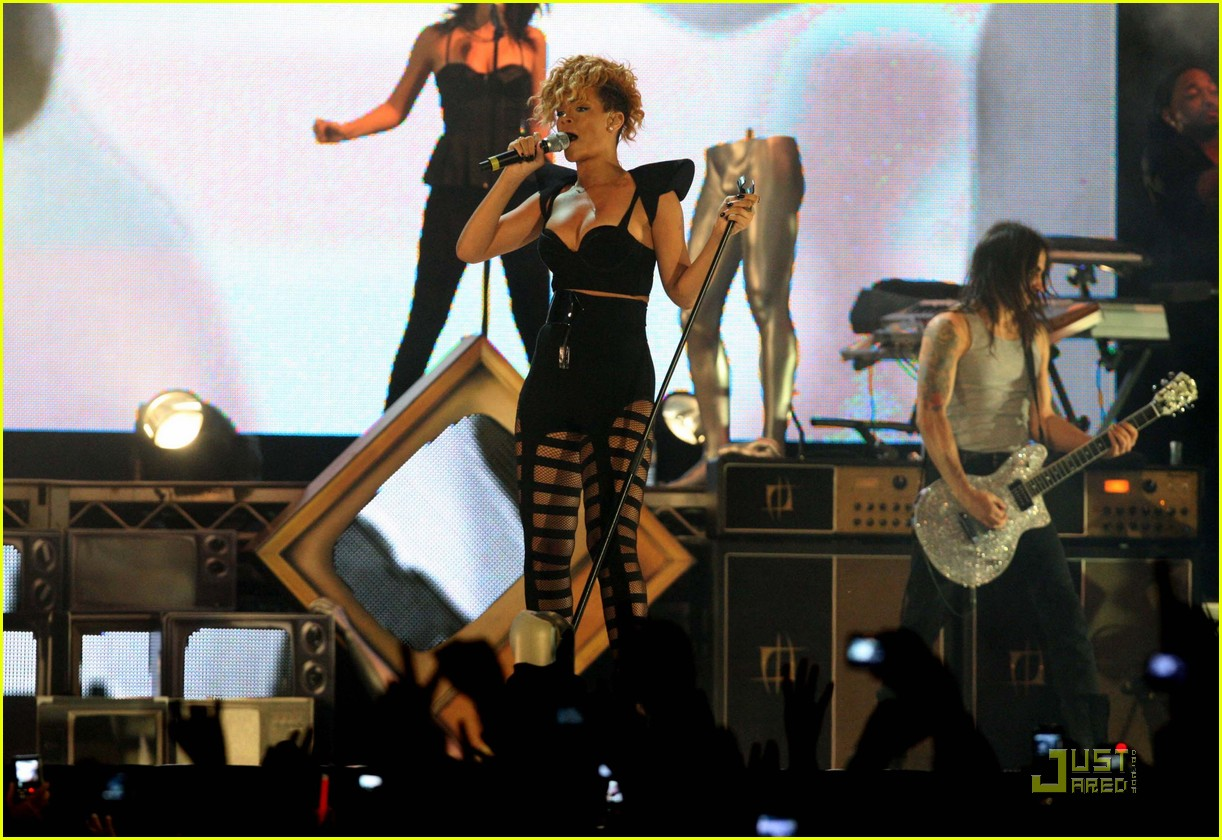 rihanna new years abu dhabi 03