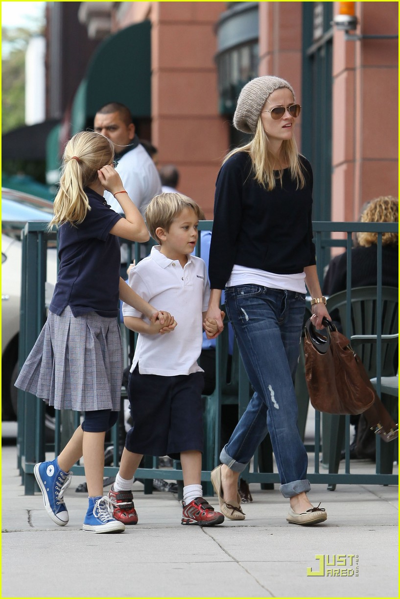 reese witherspoon hand holding 06