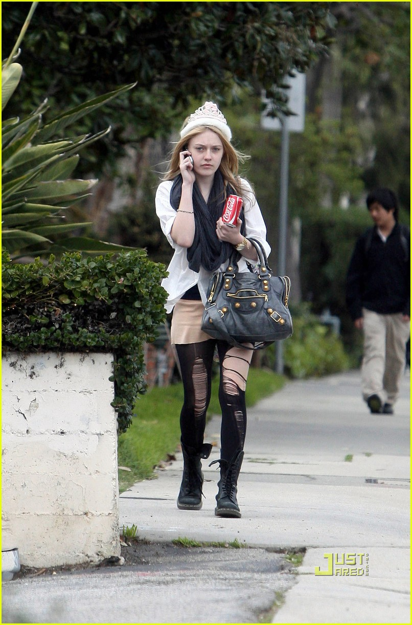 dakota fanning shredded tights 01