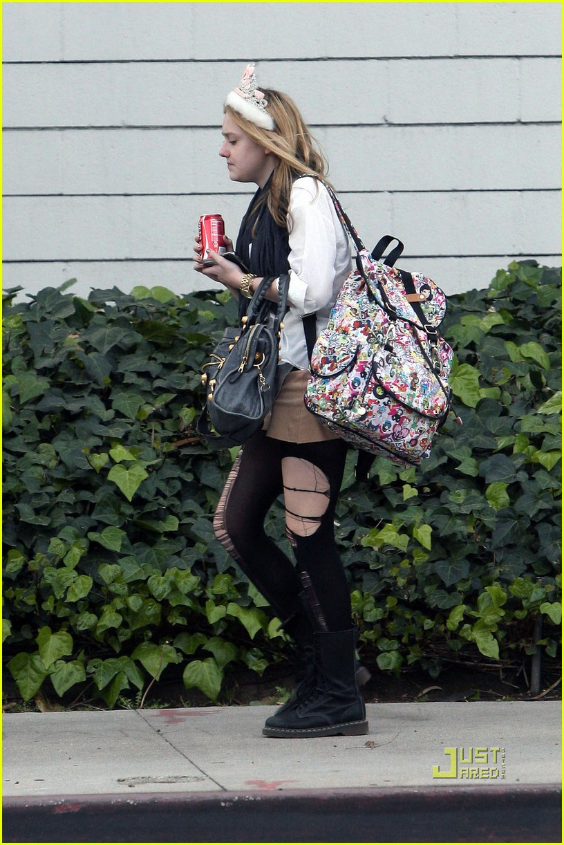 dakota fanning shredded tights 02