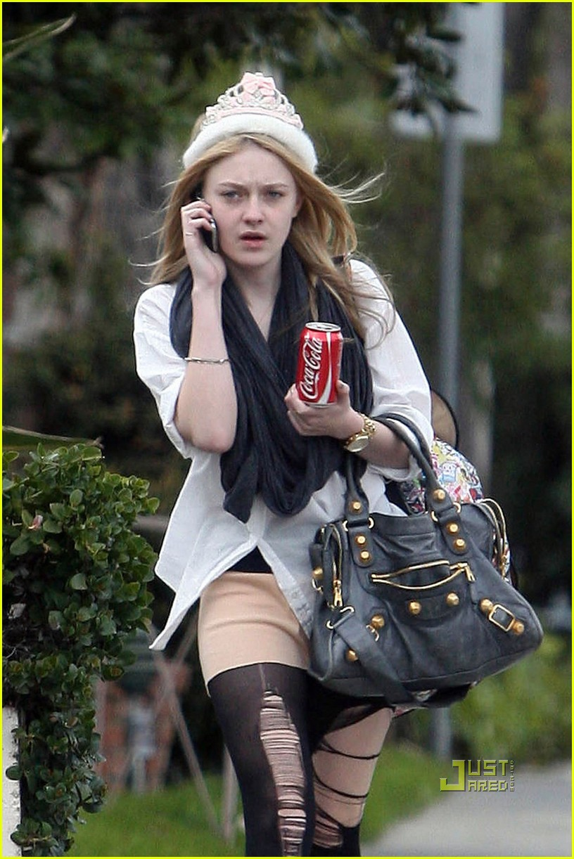 dakota fanning shredded tights 07