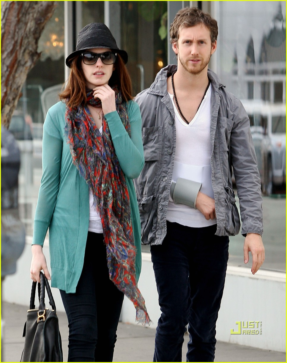 anne hathaway adam shulman furniture shopping 06