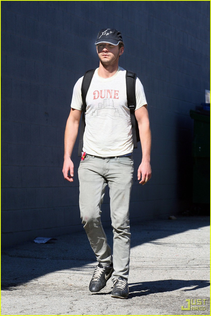 shia labeouf dune shirt gym 03