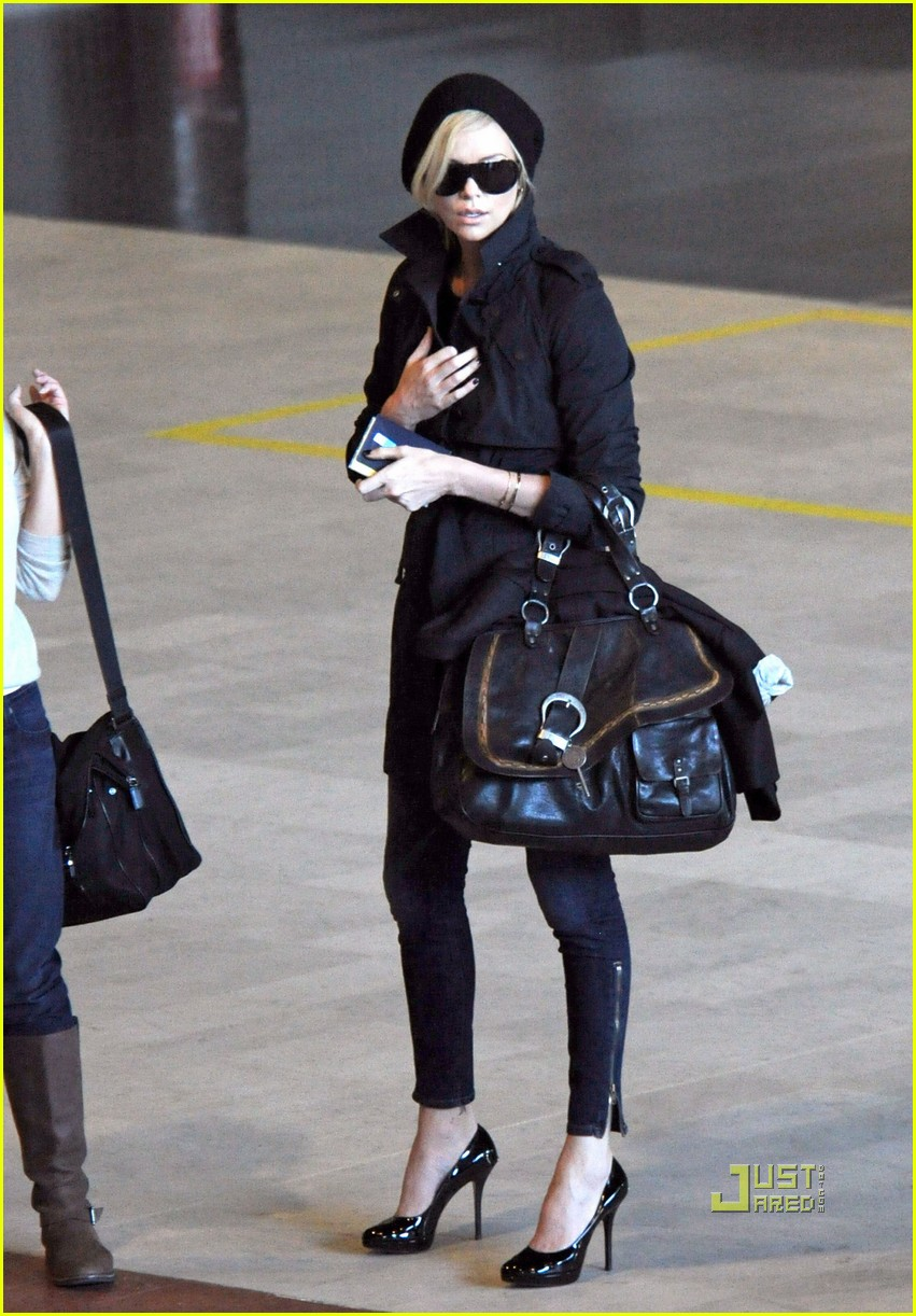 charlize theron delayed flight paris 02