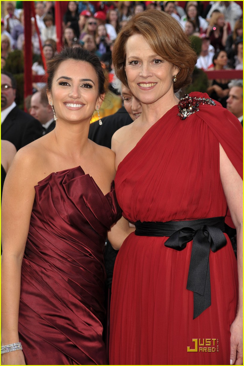 penelope cruz 2010 oscars red carpet 01