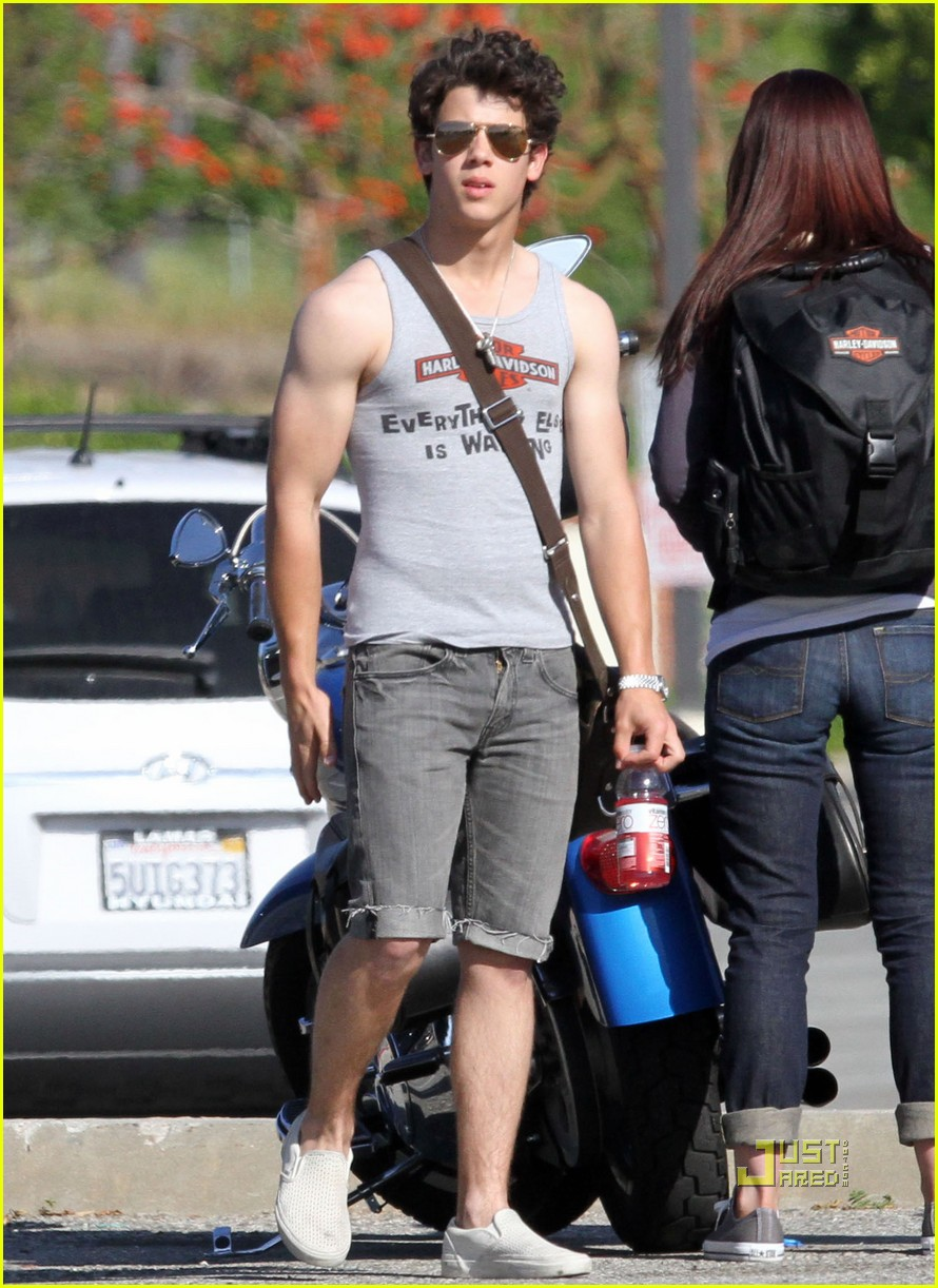 nick jonas muscles arm 16
