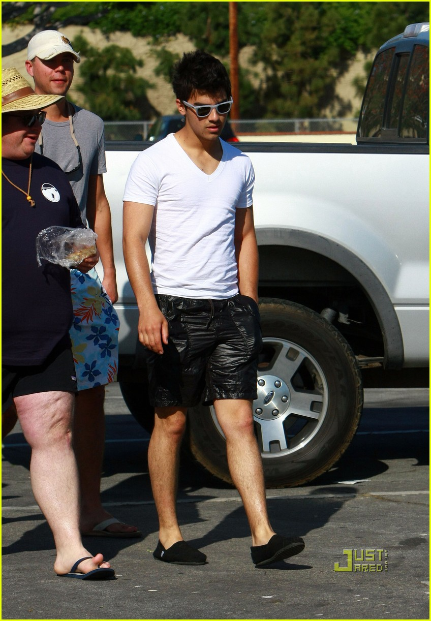 nick jonas muscles arm 21
