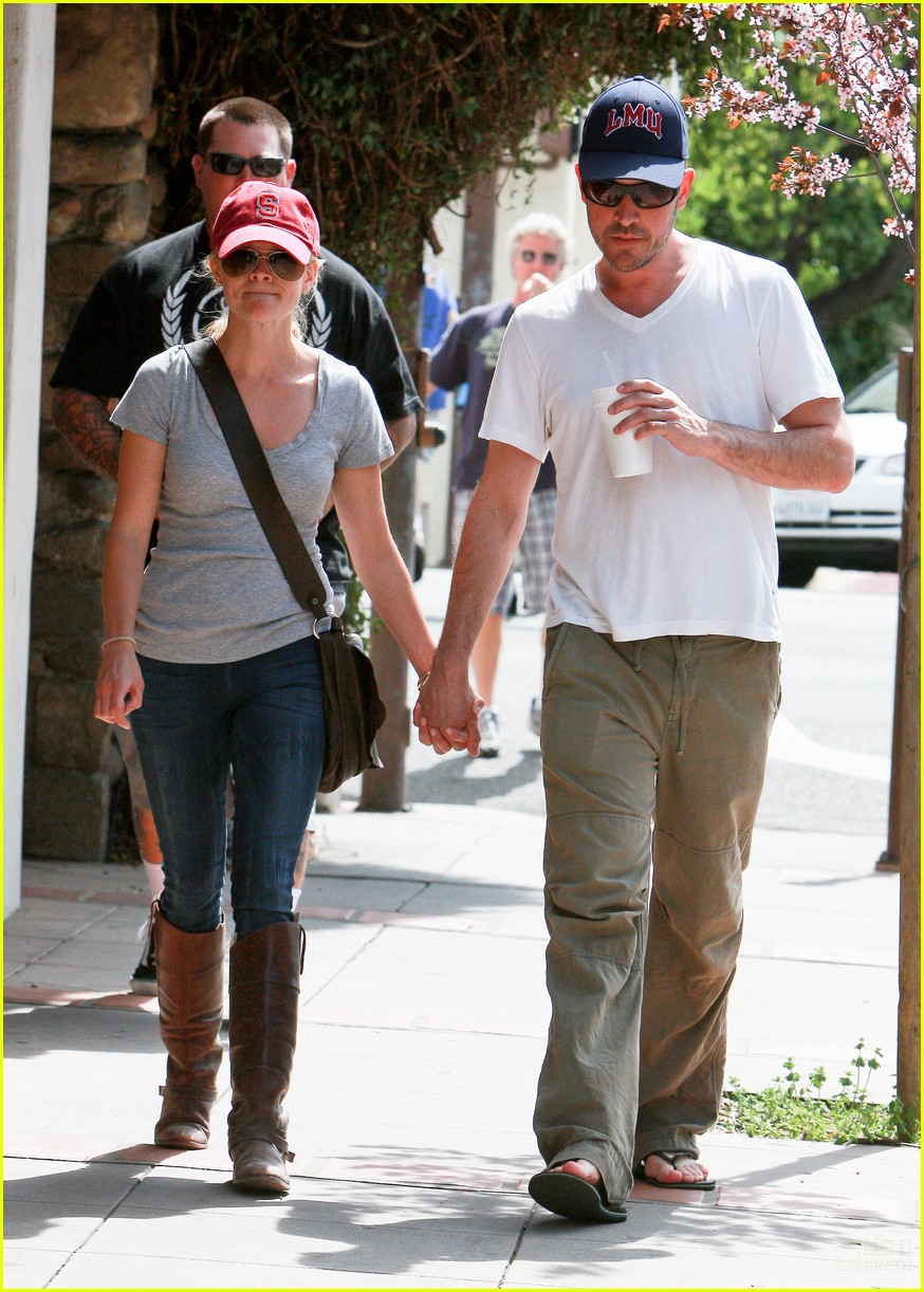 reese witherspoon jim toth holding hands 08