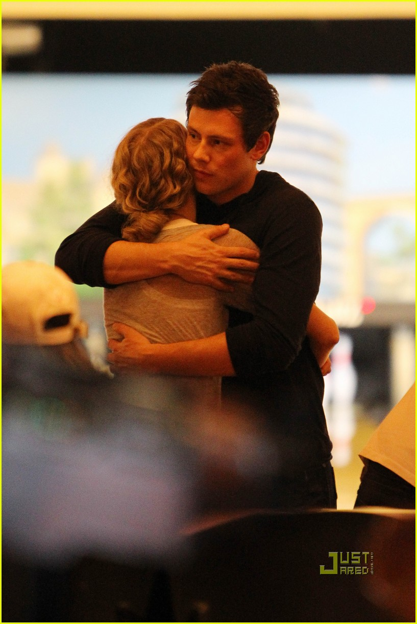 taylor swift cory monteith hug bowling alley 01