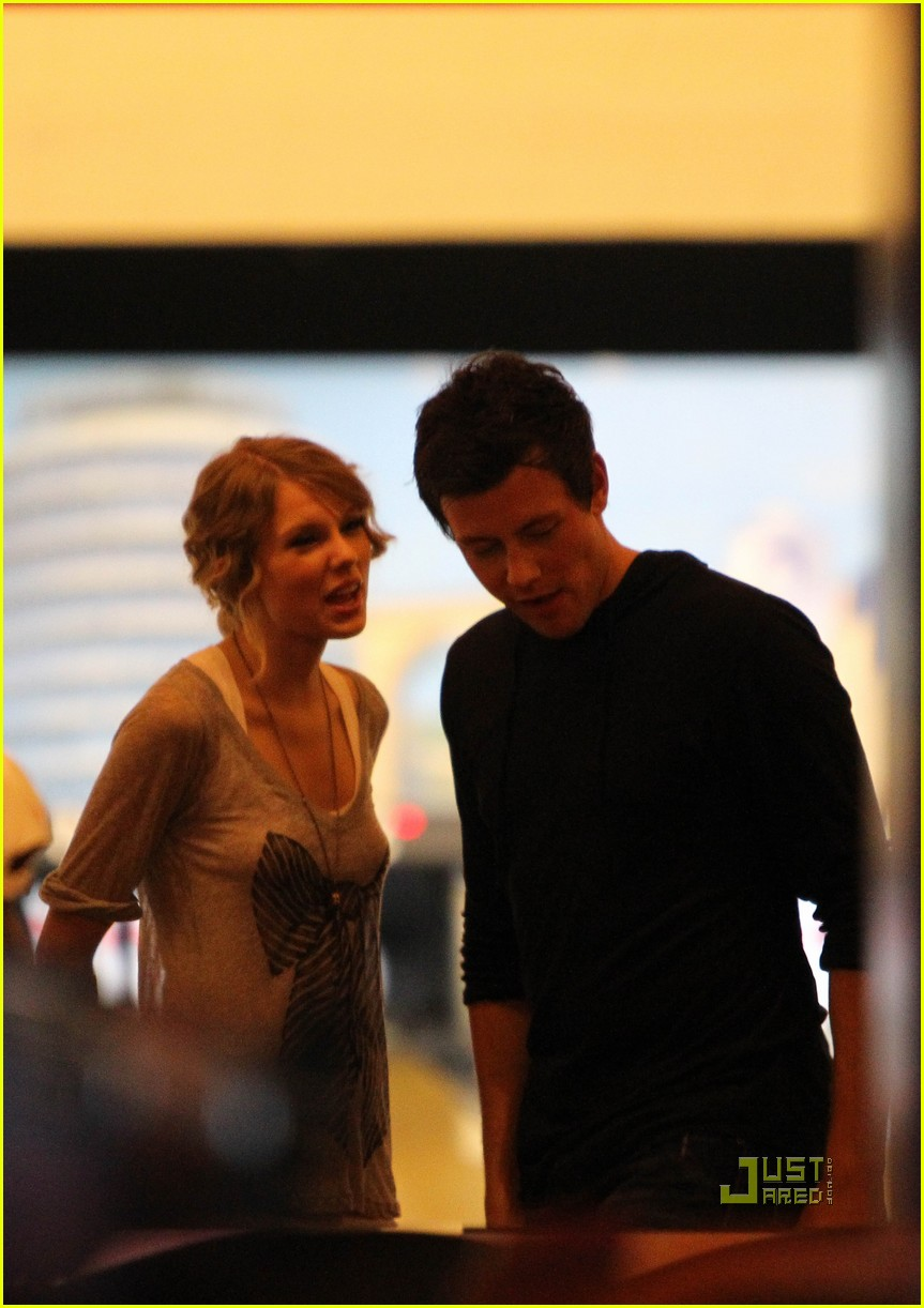 taylor swift cory monteith hug bowling alley 02