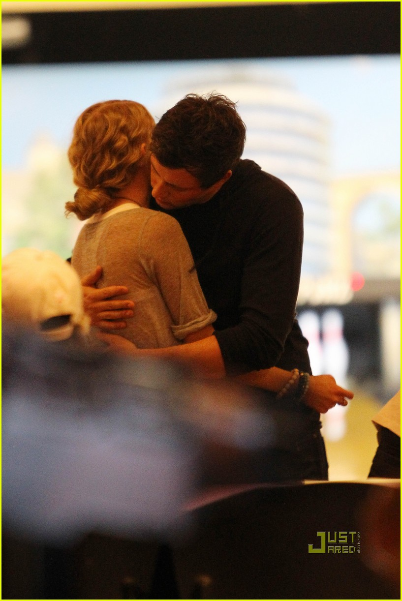 taylor swift cory monteith hug bowling alley 03