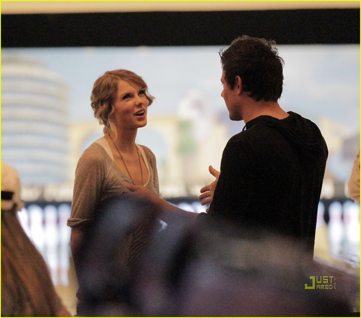 taylor swift cory monteith hug bowling alley 10