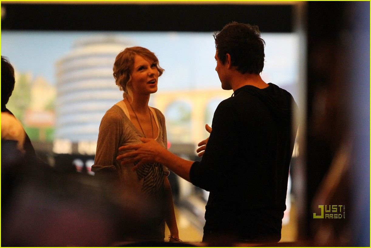 taylor swift cory monteith hug bowling alley 16