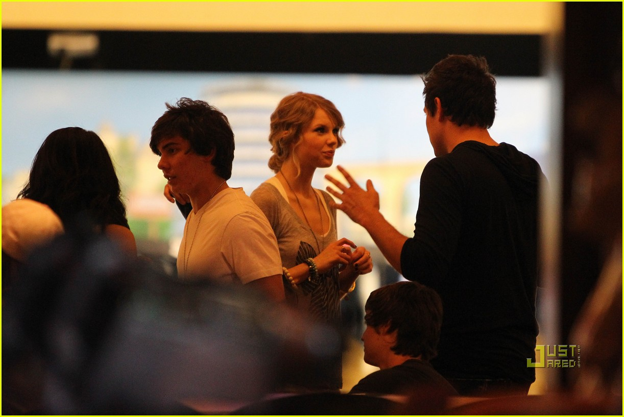 taylor swift cory monteith hug bowling alley 19