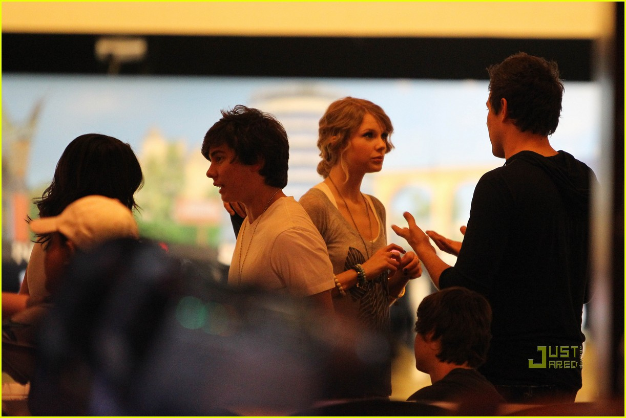 taylor swift cory monteith hug bowling alley 24