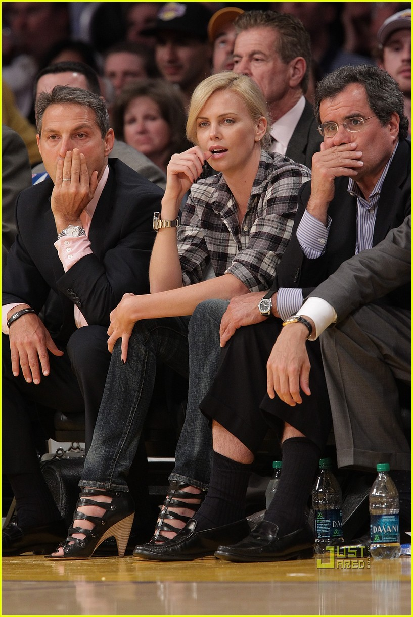 charlize theron gym lakers game 01