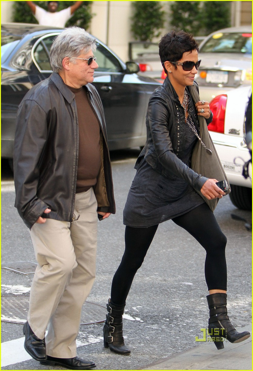 halle berry manager holding hands 04