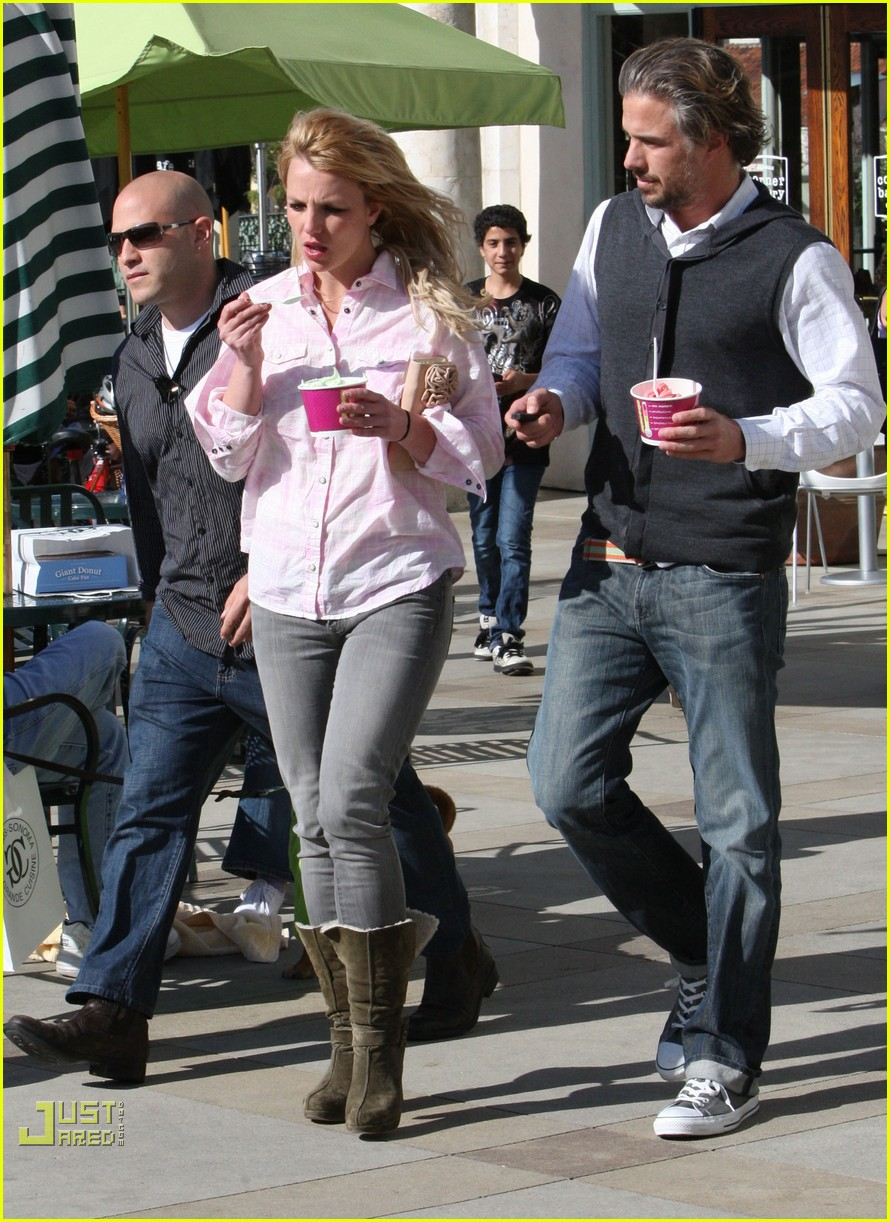 britney spears menchies frozen yogurt jason trawick 04
