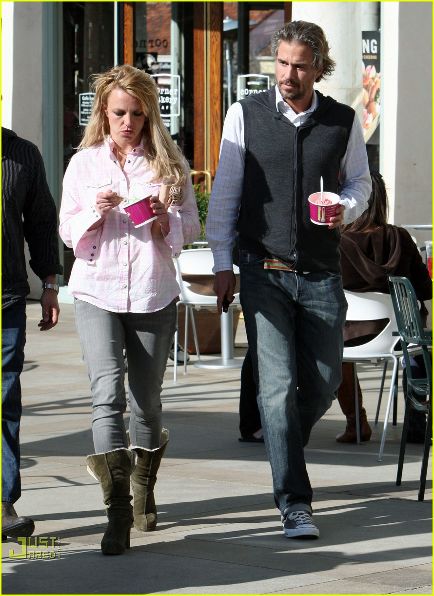 britney spears menchies frozen yogurt jason trawick 122440296