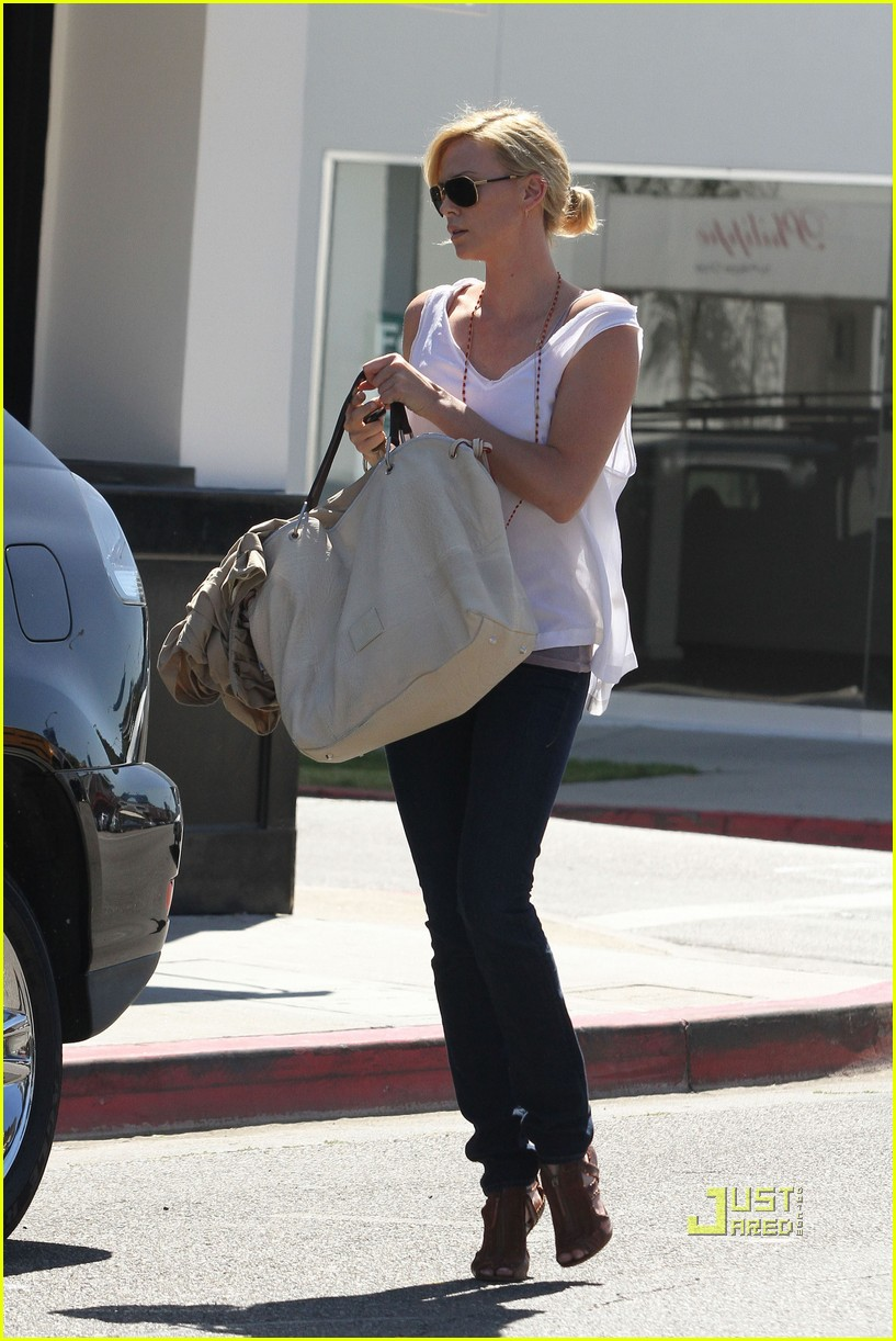 charlize theron oversized bag 01