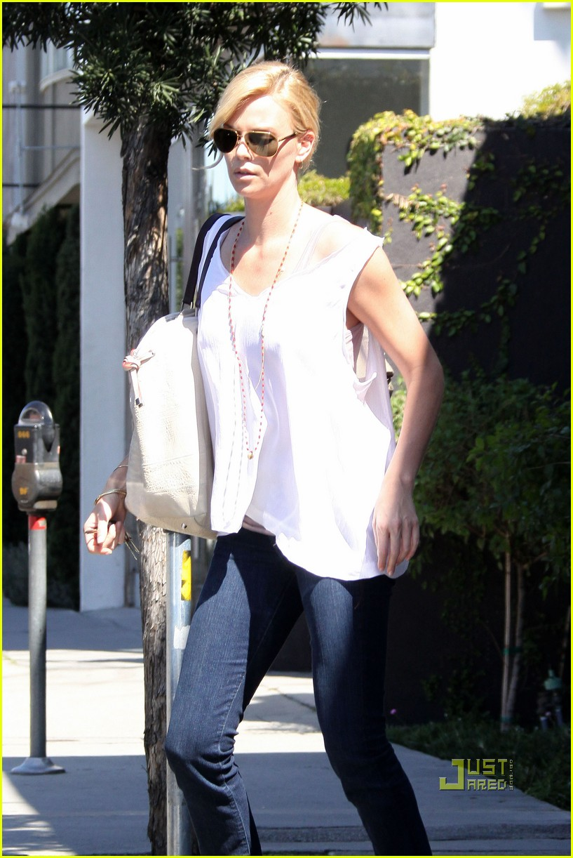 charlize theron oversized bag 02