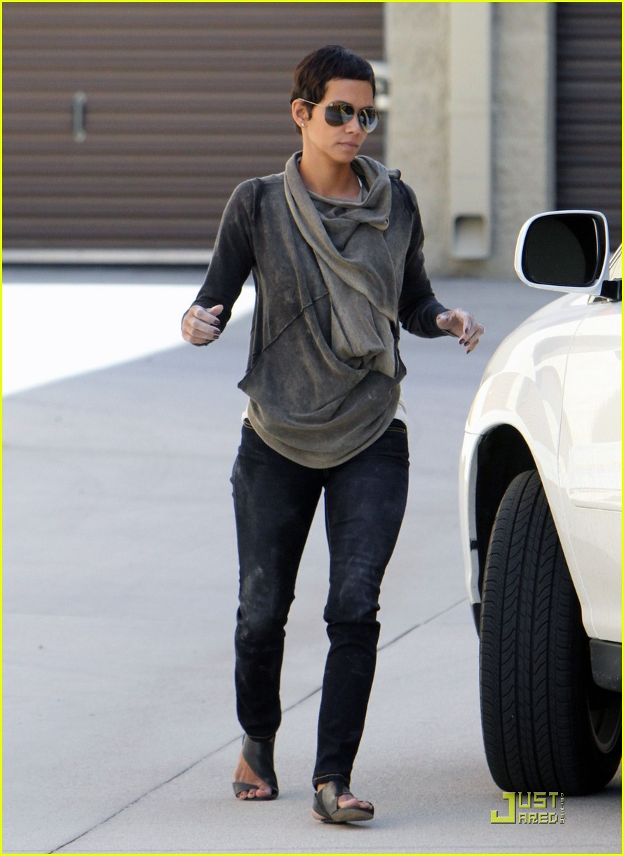 halle berry gets down and dirty 16
