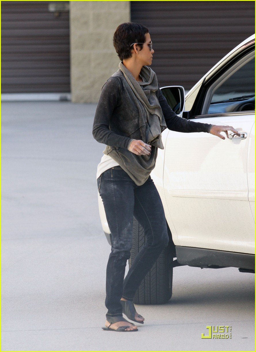 halle berry gets down and dirty 28