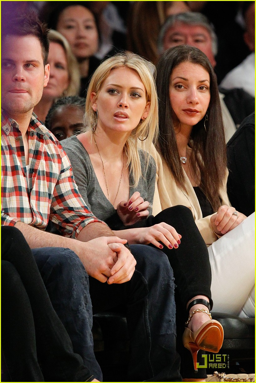 hilary duff mike comrie courtside couple 02