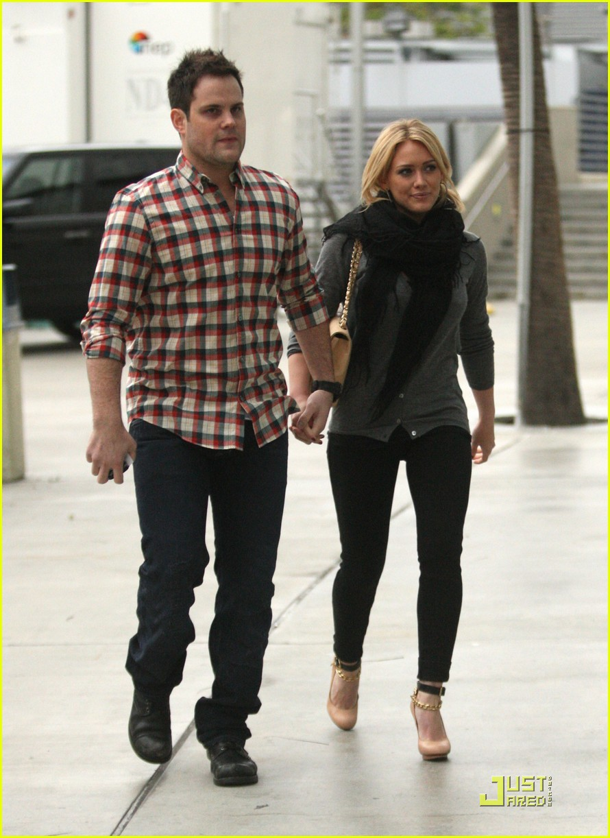hilary duff mike comrie courtside couple 03