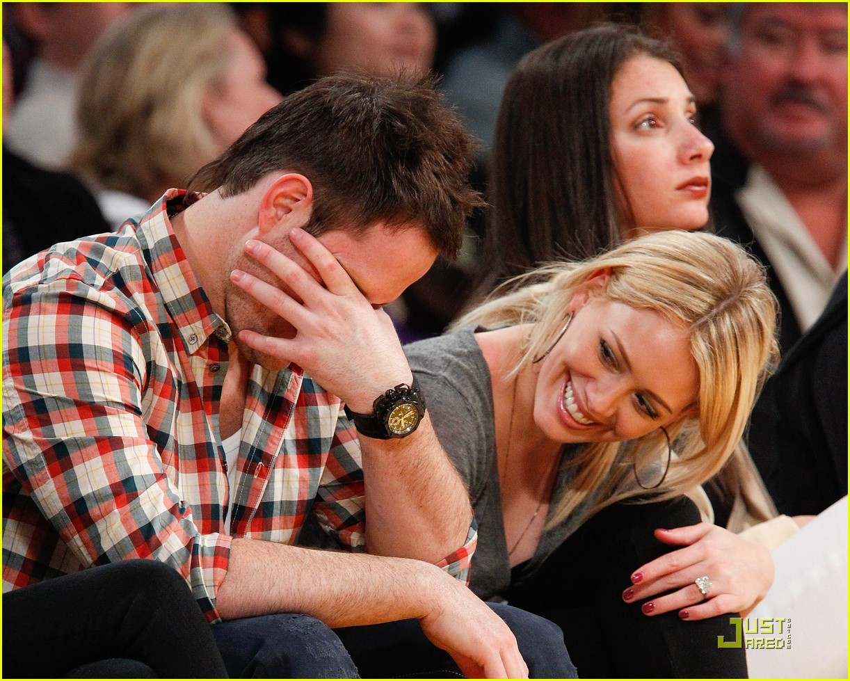 hilary duff mike comrie courtside couple 062451558