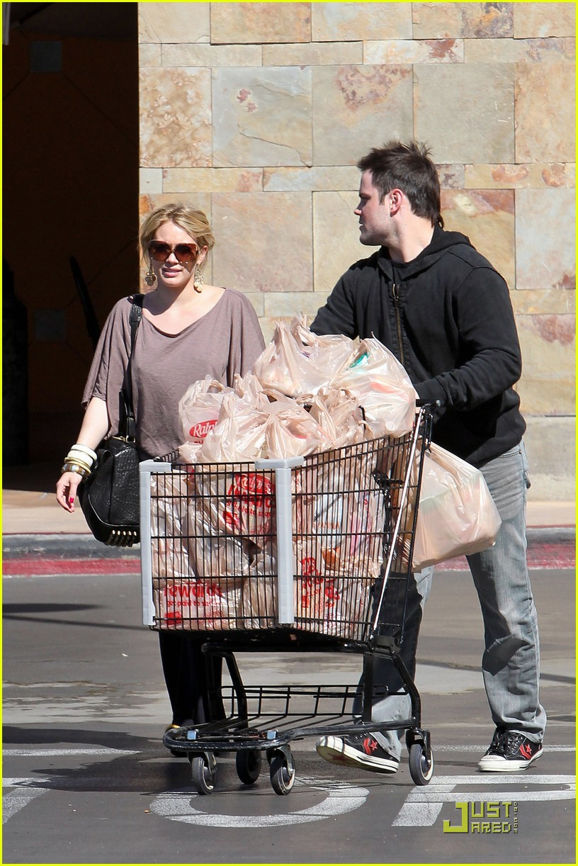 hilary duff mike comrie go grocery shopping 01