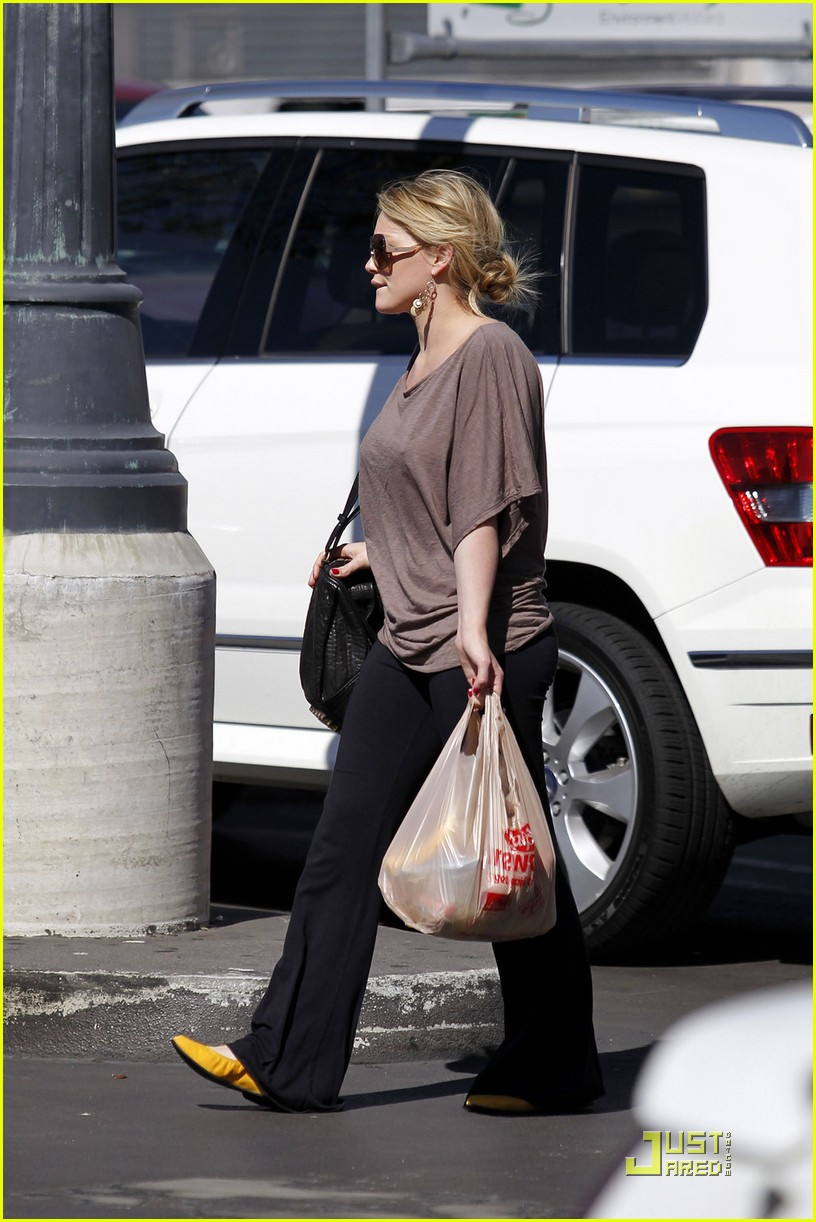 hilary duff mike comrie go grocery shopping 09