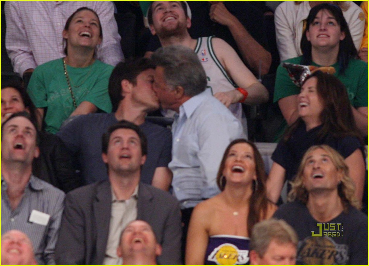 jason bateman dustin hoffman kiss lakers game 032456197
