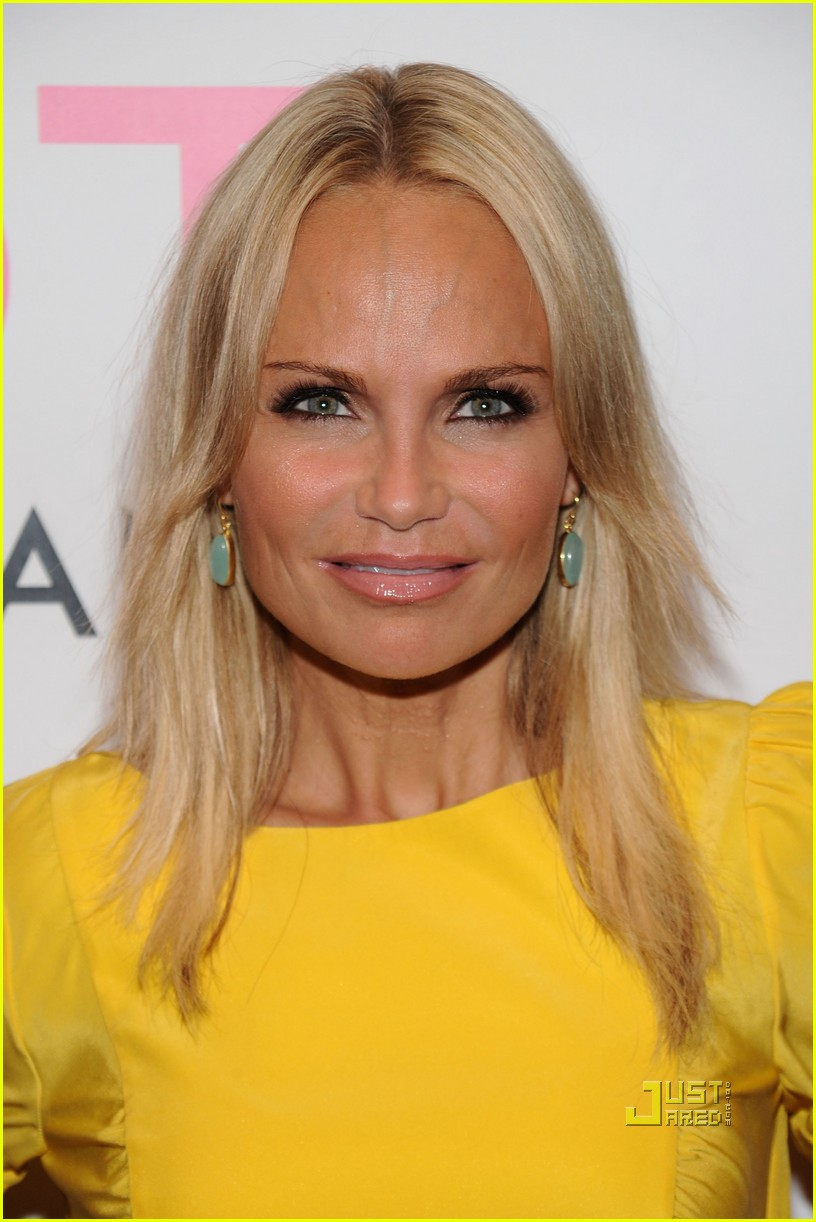 The 48-year old daughter of father Jerry Chenoweth and mother Junie Chenoweth, 150 cm tall Kristin Chenoweth in 2017 photo