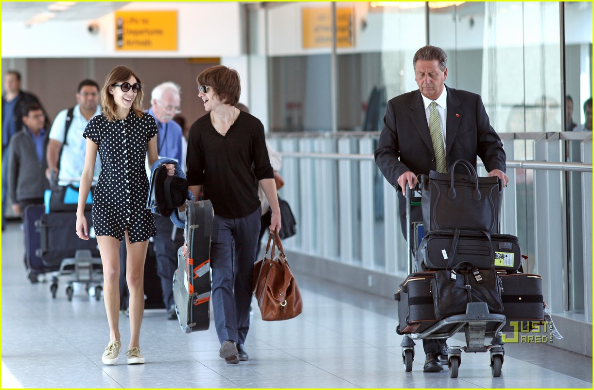 alexa chung airport with alex 07