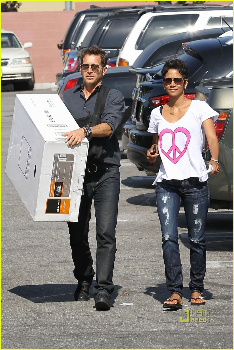 Halle berry everything but the kitchen sink photo for Depot halle