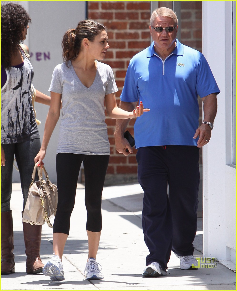 mila kunis walk with dad 01