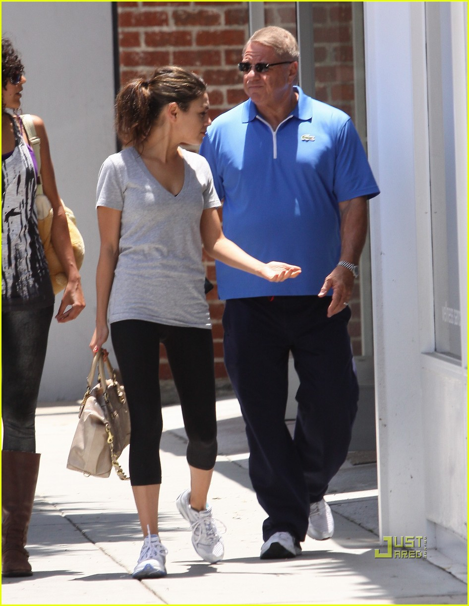mila kunis walk with dad 02