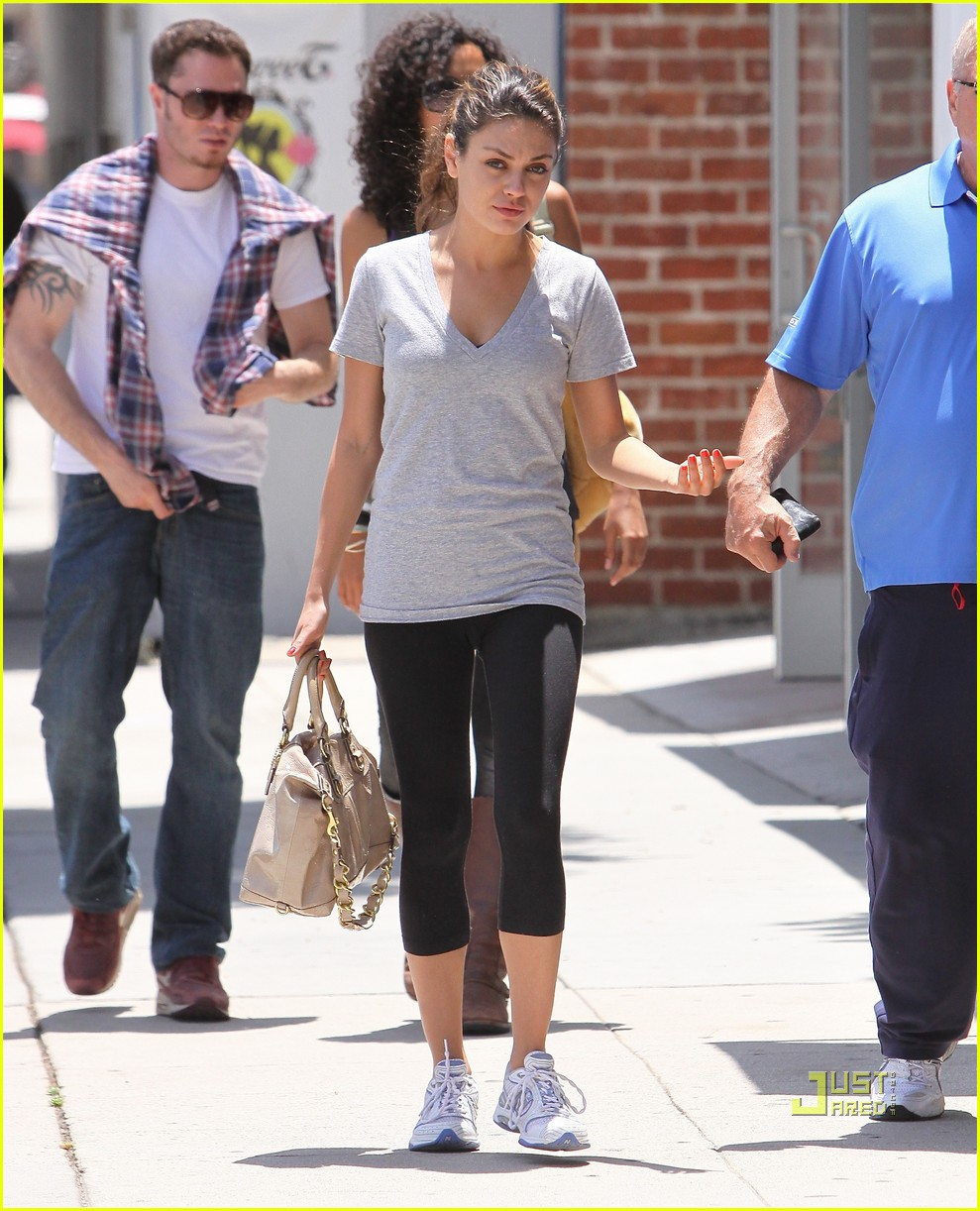 mila kunis walk with dad 03