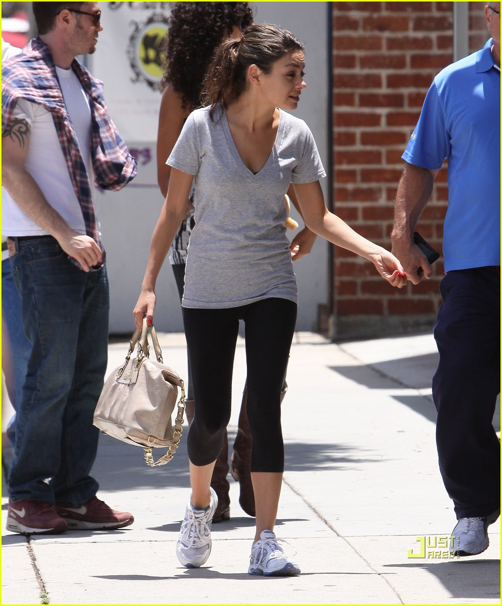 mila kunis walk with dad 04