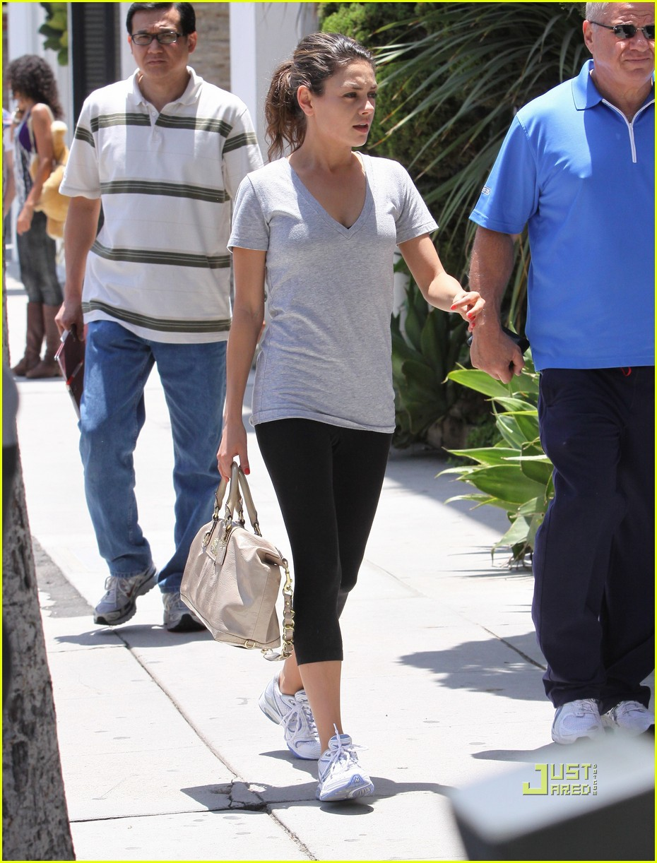 mila kunis walk with dad 072460712